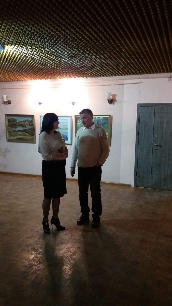 Оксенчук Н.В. та Трутко В. Л. обговорюють виставку