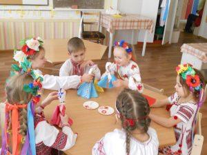 Діти ДНЗ №3 роблять ляльку-мотанку