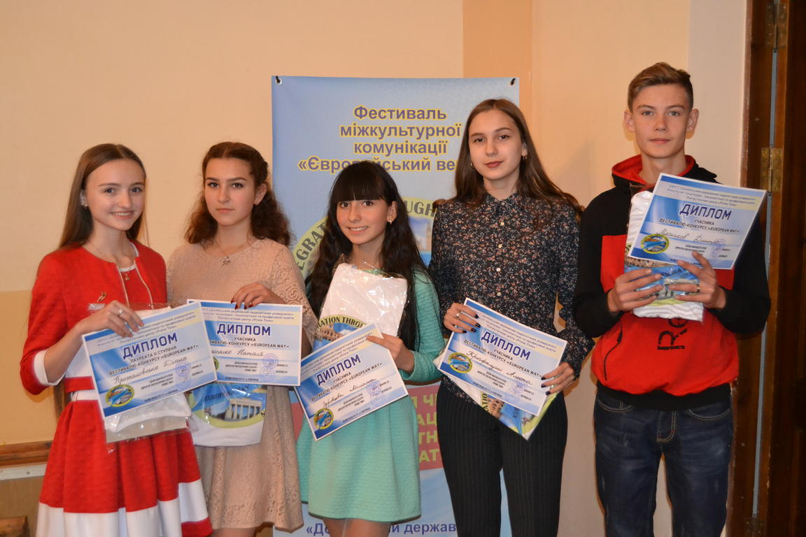 Вихованці гуртків естрадної пісні «Сузір'я» та «Соло» Донецького обласного палацу дитячої та юнацької творчості