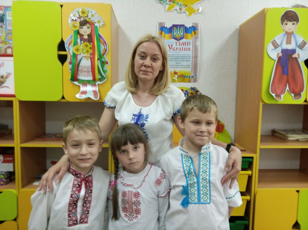 А над світом українська вишивка цвіте